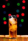 杯与冰的威士忌酒 免版税库存图片