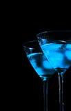 杯与冰的新鲜的蓝色鸡尾酒在黑背景 免版税图库摄影