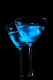 杯与冰的新鲜的蓝色鸡尾酒在黑背景 免版税库存照片