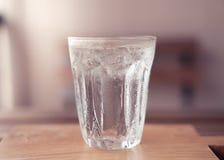 杯与冰的水在木板 库存照片