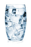 杯与冰的纯水 免版税库存照片