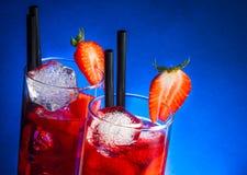 杯与冰的草莓文本的鸡尾酒在木桌上和空间 免版税库存图片