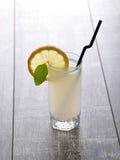 杯与切片的自创柠檬水薄菏柠檬和叶子  免版税库存图片