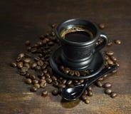 杯与匙子的热的咖啡 免版税库存图片