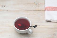 杯与匙子的红色茶 库存照片
