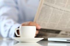杯与商人的早晨咖啡在背景 图库摄影