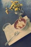 杯与天鹅拿铁艺术的热的拿铁或热奶咖啡咖啡 免版税库存图片