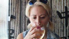 杯与女孩的酒 股票视频