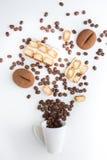 杯与巧克力提拉米苏的被填装的咖啡豆 图库摄影