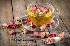 杯与干玫瑰的绿茶 免版税库存照片