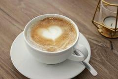 杯与心形的泡沫,顶视图的热奶咖啡,在背景,选择聚焦,拷贝空间 免版税库存照片
