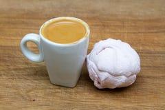 杯与心脏样式的巧克力在白色和在木背景的蛋白软糖顶部 免版税库存图片
