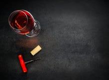 杯与拔塞螺旋和拷贝空白区的玫瑰酒红色 免版税库存照片