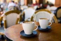 杯与拿铁的热奶咖啡wodden桌 库存照片