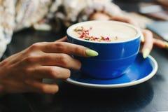 杯与拿铁艺术的热奶咖啡 免版税库存照片