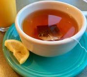 杯与柠檬切片的热的茶 库存照片
