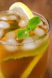 杯与柠檬和薄菏特写镜头,选择聚焦的冰茶 库存照片