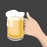 杯与泡沫的啤酒在黄色backgroundHand举行每杯啤酒 库存照片