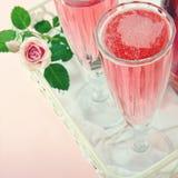 杯与玫瑰的桃红色香槟 库存图片