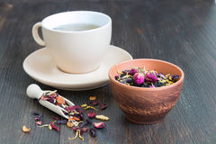 杯与瓣和草本的红茶 库存图片