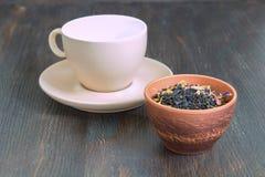 杯与瓣和草本的红茶 免版税图库摄影