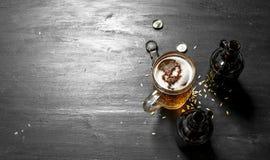 杯与瓶和开启者的新鲜的啤酒 免版税库存照片