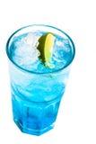 杯与石灰的蓝色鸡尾酒在白色 库存图片