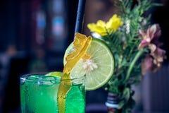 杯与石灰的绿色刷新的柠檬水在上面 巴厘岛 免版税库存照片