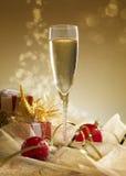 杯与礼物盒的香槟 库存图片