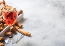 杯与箱子黄柏和拔塞螺旋开启者的桃红色玫瑰酒红色在石厨房用桌背景 顶视图 文本的空间 库存照片