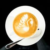 杯与艺术的热奶咖啡在白色茶碟,特写镜头 顶视图, 免版税库存图片