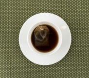 杯与茶包的脱除咖啡因的红茶 图库摄影