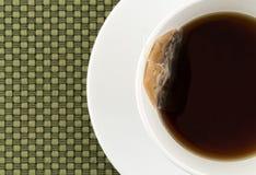 杯与茶包的脱除咖啡因的红茶 库存图片