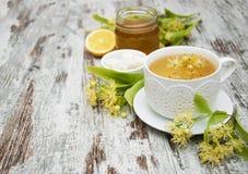 杯与菩提树花的清凉茶 免版税库存照片