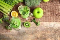 杯与蔬菜和水果的绿色健康汁液 免版税库存图片