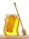 杯与蜂窝的蜂蜜在白色 免版税库存照片