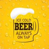 杯与透明下落的啤酒 免版税图库摄影