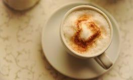 杯与重点的热奶咖啡 库存照片