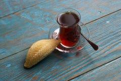 杯与阿塞拜疆酥皮点心shekerbura的茶 库存照片