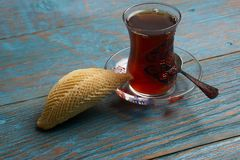 杯与阿塞拜疆酥皮点心shekerbura的茶 免版税库存照片