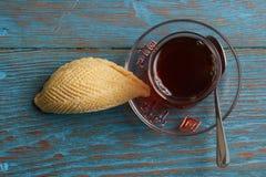 杯与阿塞拜疆酥皮点心shekerbura的茶 图库摄影