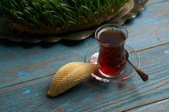 杯与阿塞拜疆酥皮点心shekerbura的茶 免版税库存图片