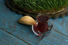 杯与阿塞拜疆酥皮点心shekerbura的茶 库存图片