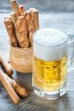 杯与面包棒的啤酒 免版税库存照片