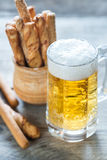 杯与面包棒的啤酒 免版税库存图片