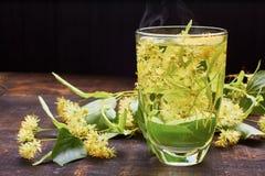杯与鲜花的热的菩提树茶 库存照片
