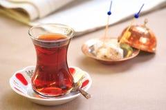 杯与临时代理的土耳其茶东方板材的 土耳其人的概念 免版税图库摄影