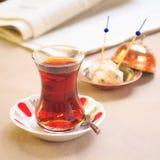 杯与临时代理的土耳其茶东方板材的 土耳其人的概念 库存照片