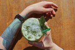 杯从顶视图的新鲜的健康猕猴桃圆滑的人 妇女拿着圆滑的人 库存照片