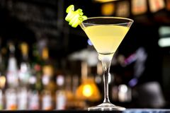 杯伏特加酒用柠檬汁和含糖量9%-15%的香槟酒鸡尾酒 图库摄影